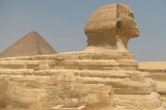 Le Sphinx et la pyramide de Khéops du plateau Gizeh (août 2010)